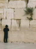 A Jewish Man Stands at the Northern Section of the Wailing Wall Reproduction photographique par Anne Keiser