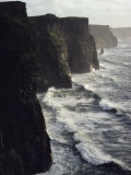 Waves Pound the Cliffs of Moher Lmina fotogrfica por Cotton Coulson