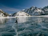 A Girl Ice Skates Across a Frozen Mountain Lake Lámina fotográfica por Quinton, Michael S.
