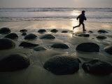 Coureur sur une plage de galets Photographie par Randy Olson