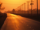 Una autopista rural se desvanece en la puesta de sol cerca de Wood River, Nebraska Lámina fotográfica por Sartore, Joel