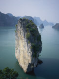 Karst Limestone Tower in Halong Bay, Vietnam Fotoprint van Bill Hatcher