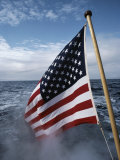 An American Flag Flutters from the Back of a Boat in Neah Bay Fotografie-Druck von Sam Abell