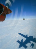 Prop Plane Casts a Shadow on the Ice Below Valokuvavedos tekijänä Gordon Wiltsie