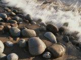 Gros plan à longue exposition des vagues s'écrasant sur les rochers de la plage Reproduction photographique par Michael S. Lewis