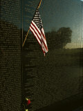 American Flag Left at the Vietnam Veterans Memorial Lámina fotográfica por Medford Taylor