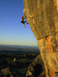 Todd Skinner Climbs a Large Rock Face at the Rocklands Fotoprint van Bill Hatcher
