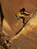 Ralph Ferrara Climbing a Rock Wall in the Utah Desert Fotografisk tryk af Bill Hatcher