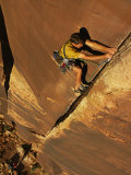 Ralph Ferrara Climbing a Rock Wall in the Utah Desert Fotodruck von Bill Hatcher