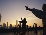 Tai Chi on the Bund in the Morning with Pudong in the Background Lámina fotográfica por  xPacifica