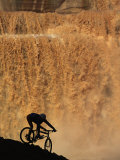 Mountain Biker Pedals Past Rushing Winter Snow Melt at Grand Falls Photographie par Bill Hatcher