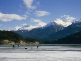 Hockey on Frozen Green Lake in Whistler, British Columbia, Canada Fotografie-Druck von Taylor S. Kennedy