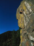 A Rock Climber Solo Climbs in Montanas Hyalite Canyon Fotografisk tryk af Gordon Wiltsie