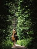 Horseback Riding on an Emerald Lake Lodge Bridle Trail Reproduction photographique par Michael Melford