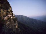 Tigers Den, a Buddhist Monastery, Clings to a Cliff in Bhutan Fotografisk tryk af Paul Chesley