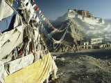 Prayer Flags Wave Outside the Potala, Former Abode of the Dalai Lama Fotografisk tryk af Gordon Wiltsie