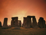 The Setting Sun Casts an Eerie Glow over Stonehenge Impressão fotográfica por Richard Nowitz