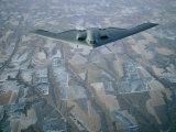 A B-2 Stealth Bomber Flies Above the Patterned Terrain of Southwestern Nebraska Lámina fotográfica por Joel Sartore