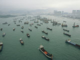 Container Ships in Hong Kong Harbor Waiting for Cargo to Be Loaded Valokuvavedos tekijänä Eightfish