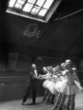 Ballet Master with Ballerinas Practicing Classic Exercise in Rehearsal Room at Grand Opera de Paris Premium-Fotodruck von Alfred Eisenstaedt