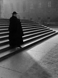 Italian Catholic Priest Majestically Descending Stairs Fototryk i høj kvalitet af Alfred Eisenstaedt