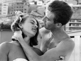 Italian Man Combing His Girlfriend's Hair 写真プリント : パウル・シュッツアー
