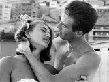 Hombre italiano peinando el pelo de su novia Lámina fotográfica por Paul Schutzer
