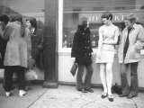 Girl Wearing Latest in Skirt Fashions Talking with Friends on a London Street Lmina fotogrfica de primera calidad por Carlo Bavagnoli
