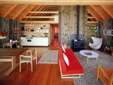 Интересный интерьер кухни соединенный с гостиной комнатой представлен на...