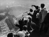 University of Pittsburgh Students Cheering Wildly from Atop Cathedral of Learning, School's Campus Fotografisk trykk av George Silk