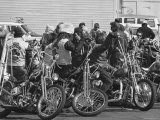 Hell's Angels Motorcycle Gang Members Congregating on Their Bikes Before Heading to Bakersfield Lámina fotográfica por Bill Ray