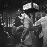Couple in Penn Station Sharing Farewell Kiss Before He Ships Off to War During WWII Photographie par Alfred Eisenstaedt