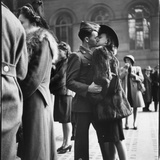 Couple in Penn Station Sharing Farewell Kiss Before He Ships Off to War During WWII Fotoprint van Alfred Eisenstaedt