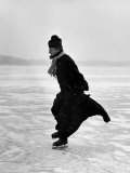 Catholic Priest Ice Skating Fotografisk trykk av John Dominis