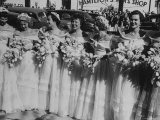 Six Bridesmaids Pose Together in White Organdy Gowns For Elizabeth Taylor and Nicky Hilton Wedding Impressão fotográfica por Ed Clark