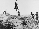 Bushman Children Playing Games on Sand Dunes Reproduction photographique sur papier de qualit&#233; par Nat Farbman