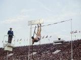 Athlete Clearing the Pole Vault at Summer Olympics Premium fotografisk trykk av John Dominis