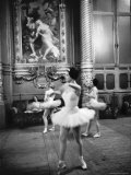 Ballerinas at the Paris Opera in Rehearsal in the House Fotografie-Druck von Alfred Eisenstaedt