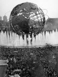 Fountains Surrounding Unisphere at New York World's Fair on Its Closing Day Fotografisk tryk af Henry Groskinsky