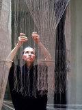 Artist and Weaver Lenore Tawney at Work on a Tapestry Lámina fotográfica de primera calidad por Nina Leen