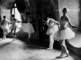 "Ballerinas at Barre Against Round Windows During Rehearsal For ""Swan Lake"" at Grand Opera de Paris Lámina fotográfica por Alfred Eisenstaedt"