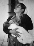 Israeli Mother Breast Feeding Her Baby Lámina fotográfica por Paul Schutzer