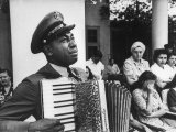 Navy CPO Graham Jackson Playing Accordian, Crying as Franklin D Roosevelt's Body is Carried Away Photographie par Ed Clark
