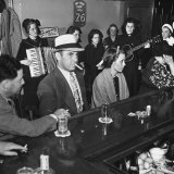 The Salvation Army Band Playing Musical Instruments and Singing in a Bar Lámina fotográfica por Bernard Hoffman