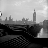 View of the Houses of Parliament as Seen Across Westminster Bridge at Dawn Photographie par Nat Farbman