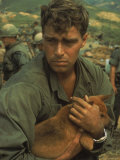 American Soldier Cradling Dog While under Siege at Khe Sanh Reproduction photographique sur papier de qualité par Larry Burrows