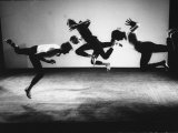 Four Male Members of the Limon Company Rehearsing Reproduction photographique sur papier de qualité par Gjon Mili
