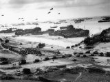 Massive Landing of US Troops, Supplies and Equipment in the Days Following D-Day on Omaha Beach Lámina fotográfica