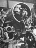 Workers Putting Together the Boiler Tube Portion of an 0-8-0 Switching Locomotive Lámina fotográfica por Andreas Feininger