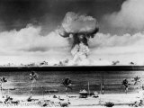 Huge Mushroom Cloud Hangs over Bikini During American Atomic Bomb Test Stampa fotografica